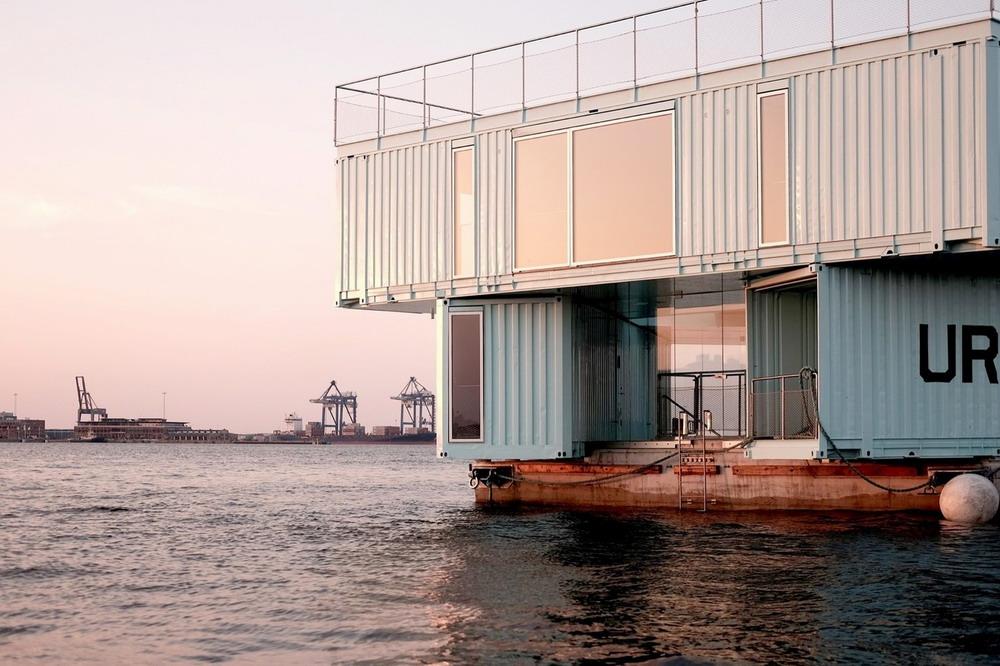 дом из контейнеров на плаву